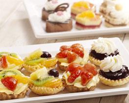 Verschillende gebakjes met fruit gepresenteerd op een schotel