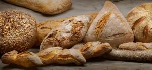 Verschillende soorten brood op een houten tafelblad